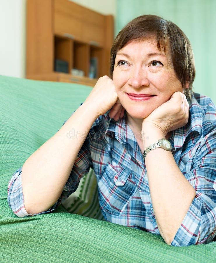 Жизнерадостный женский пенсионер с checkered блузкой стоковые фотографии rf