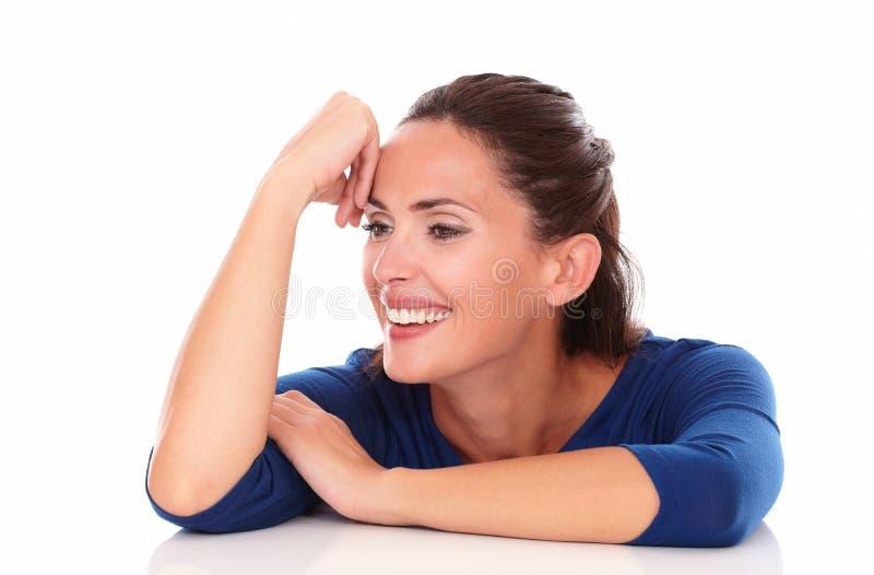 Жизнерадостный испанец смотря счастливый и усмехаться стоковые фотографии rf