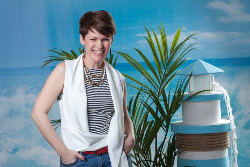 Download Жизнерадостный модельный представлять в морском костюме стиля Стоковое Фото - изображение насчитывающей bluets, baxter: 40589760