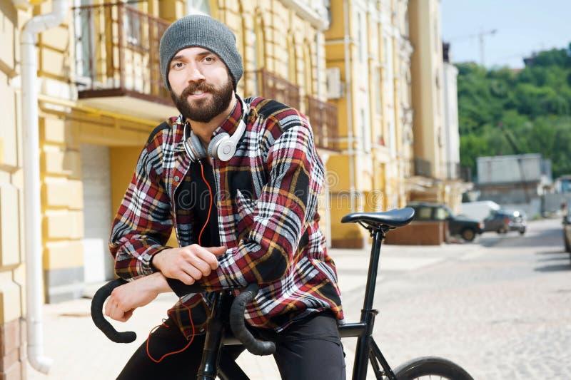 Жизнерадостный молодой человек задействует в городе стоковые фото