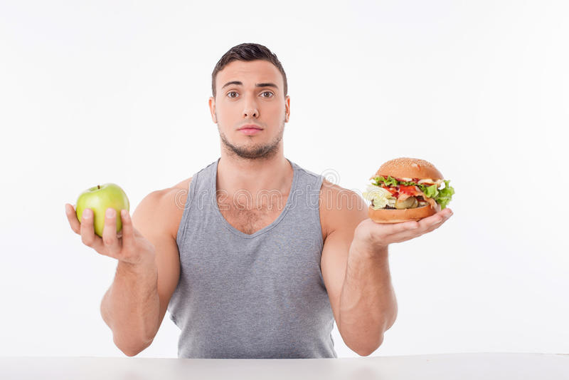 Жизнерадостный молодой человек принимает решениея о еде стоковые изображения rf