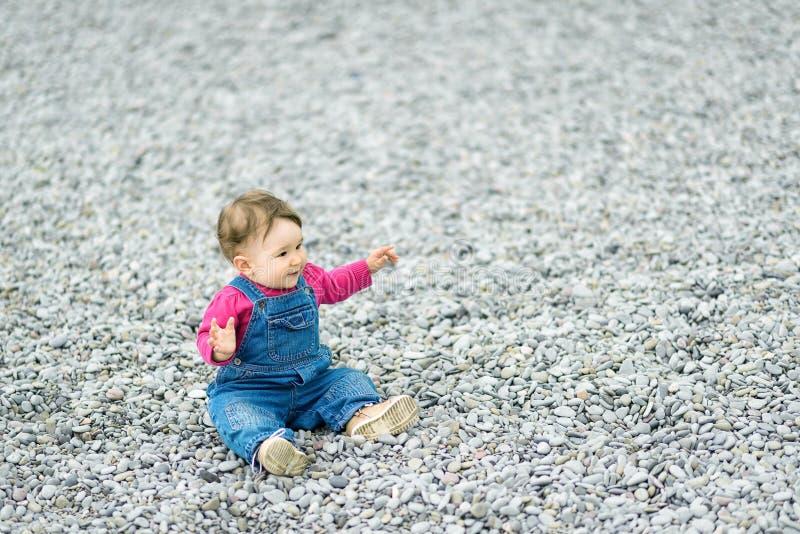 Жизнерадостный младенец играя на пляже стоковое фото rf