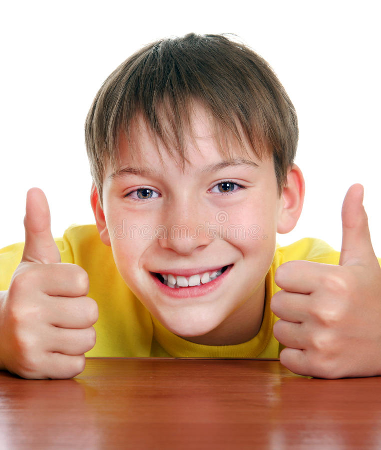 Жизнерадостный ребенк с большим пальцем руки вверх стоковое изображение rf