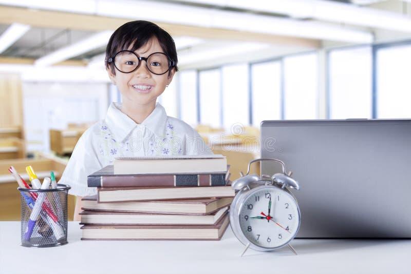 Жизнерадостный студент с книгами науки в классе стоковая фотография
