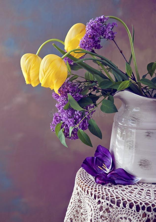 жизни сирени тюльпан все еще стоковое изображение rf