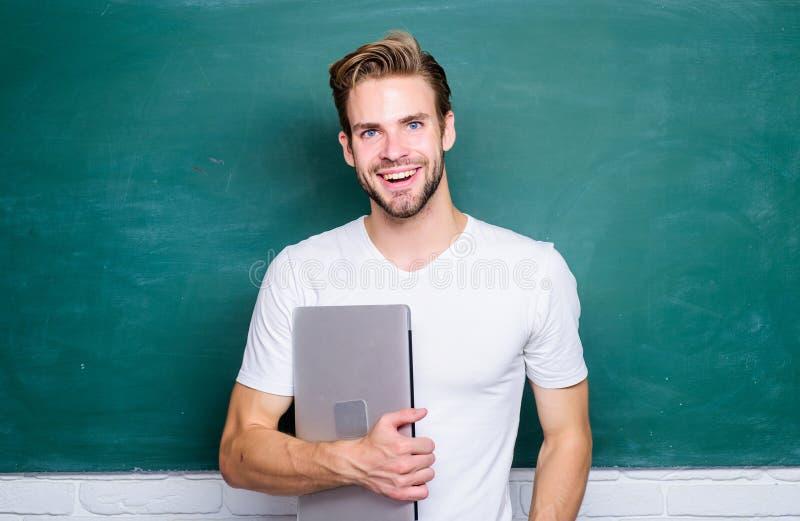 Жизнь безопасностью онлайн Школьный учитель с ноутбуком Технологии красивой пользы человека современные r Выучите стоковые фотографии rf
