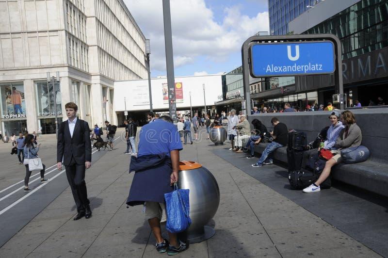 Жизнь вокруг alexanderplatz стоковая фотография rf