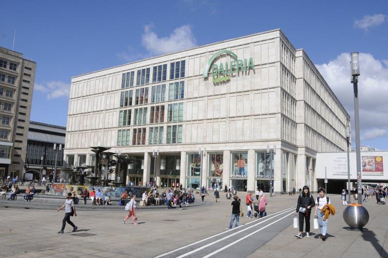 Жизнь вокруг alexanderplatz стоковое фото rf