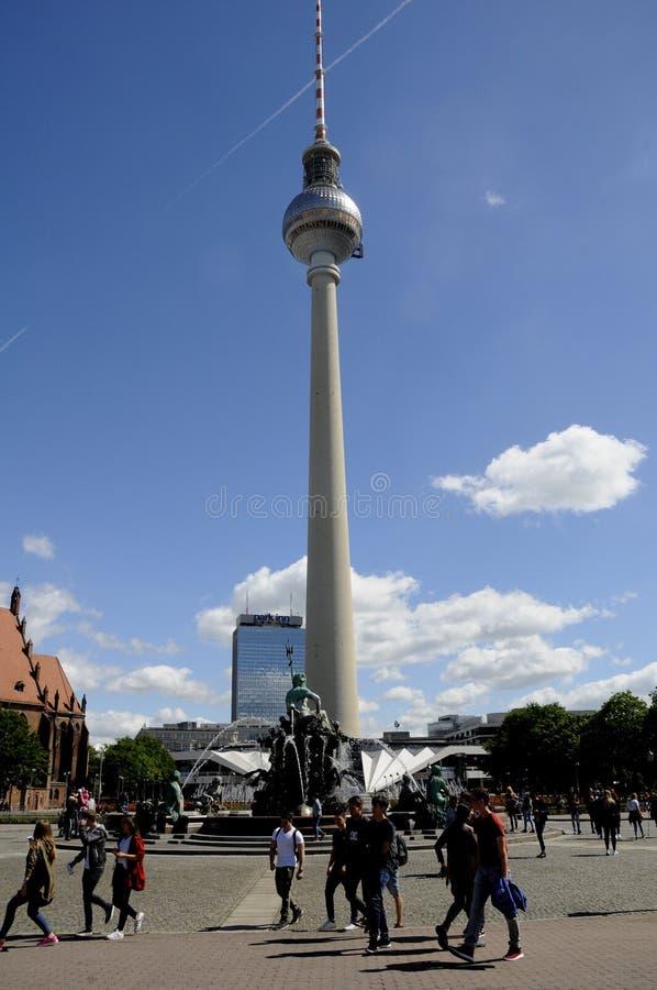 Жизнь вокруг alexanderplatz стоковое изображение