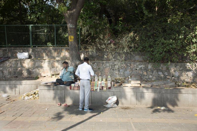 Жизнь и образ жизни индийской продажи людей и купить напитки и продукты еды от магазина местной бакалеи небольшого в Нью-Дели, Ин стоковые фотографии rf