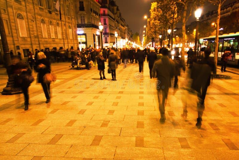 Жизнь ночи на Champs-Elysees в Париже стоковое изображение