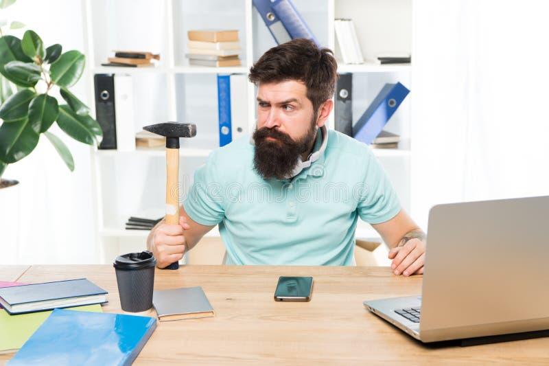 Жизнь офиса делает его сумасшедший Бизнесмен с бородой и веденный усик сумашедший с молотком в руке Сердитое агрессивное стоковые фото