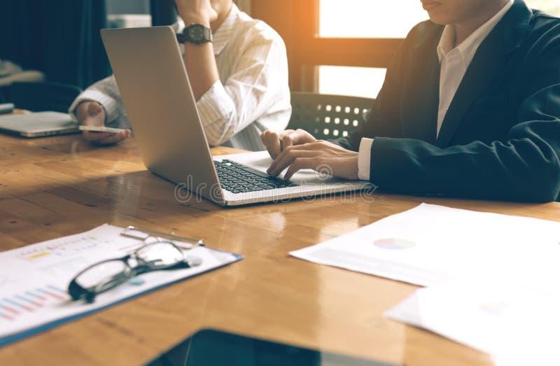 Жизнь офиса при бизнесмены работая на столе стоковая фотография rf