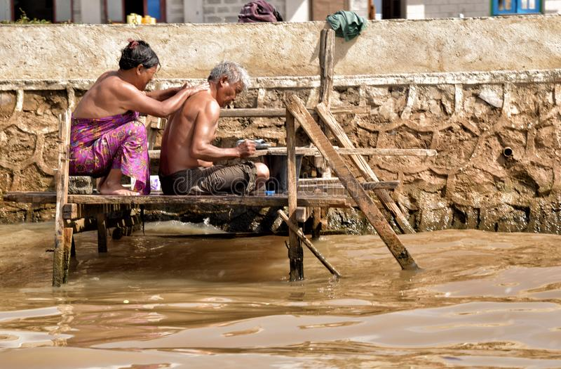 Жизнь семьи озера Мьянм Inle счастливая стоковые фото
