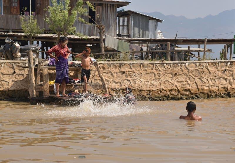 Жизнь семьи озера Мьянм Inle счастливая стоковое фото rf