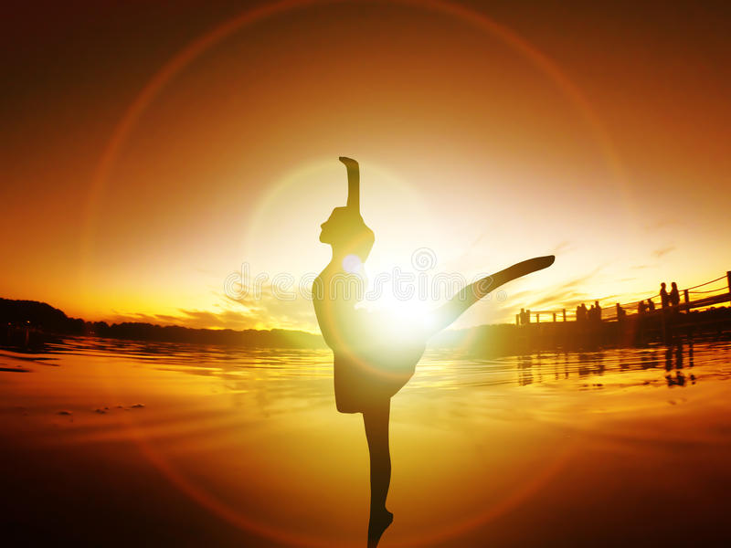 Жизнь энергии захода солнца свободы силуэта балерины танцев освобождает стоковое фото rf