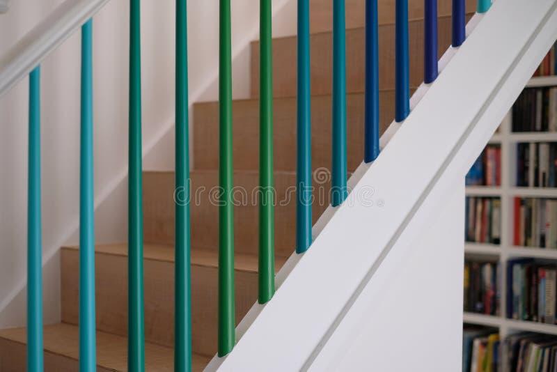 Жилая деревянная лестница при шпиндели покрашенные в зеленых и голубых цветах ombre стоковое фото rf