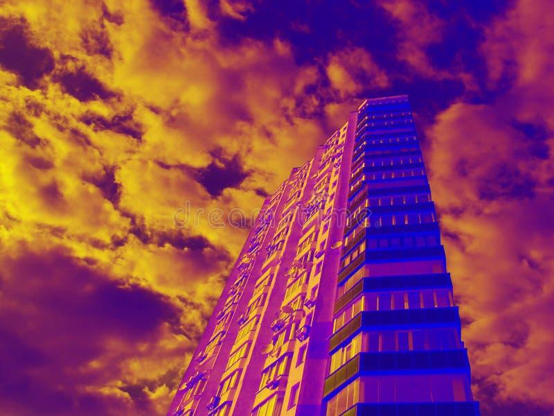 Жилой дом города в ярких красочных цветах фантазии стоковое фото