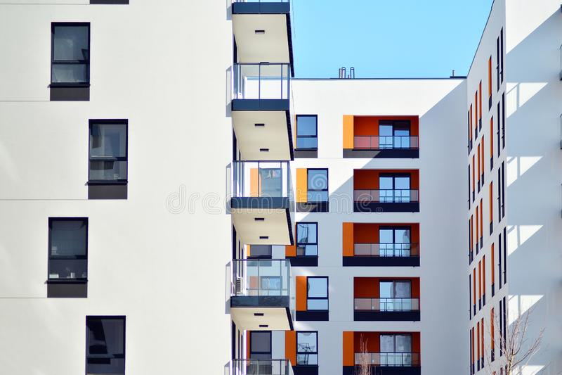 жилой дом Нов-строения на солнечный летний день стоковые фото
