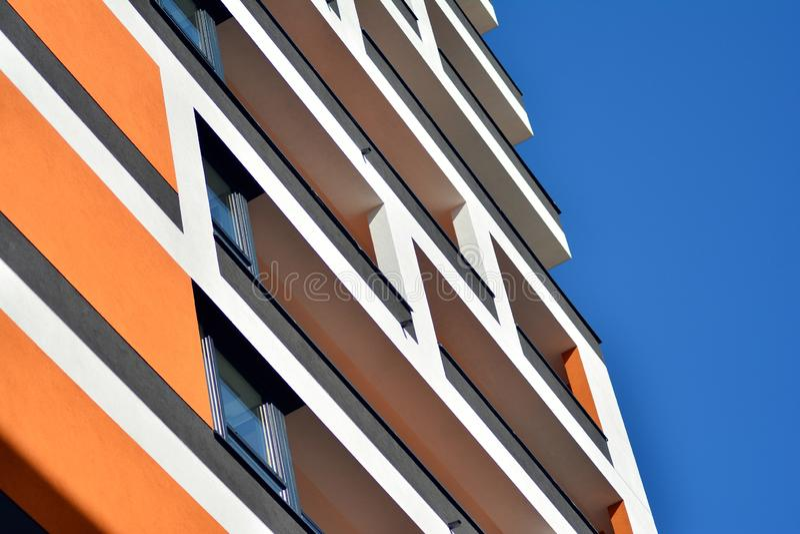 жилой дом Нов-строения на солнечный летний день стоковое фото rf