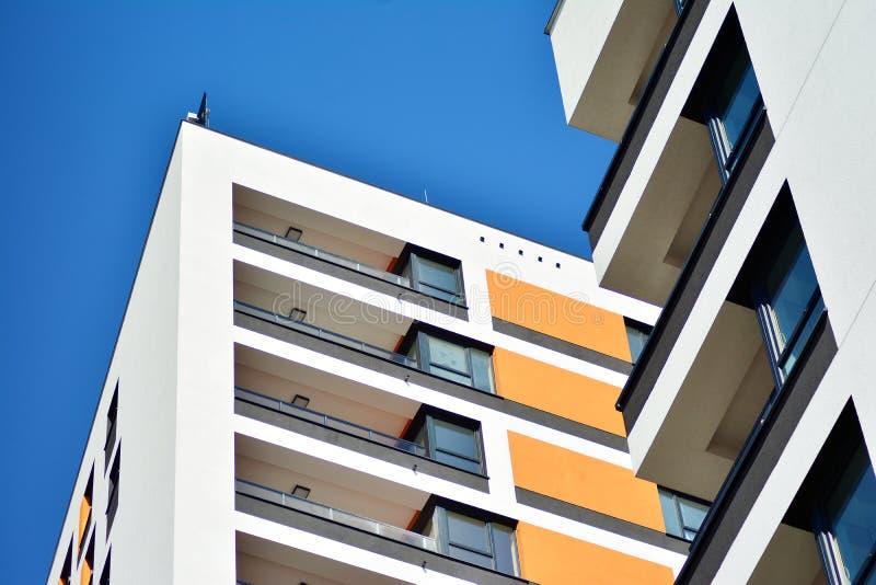 жилой дом Нов-строения на солнечный летний день стоковые изображения rf