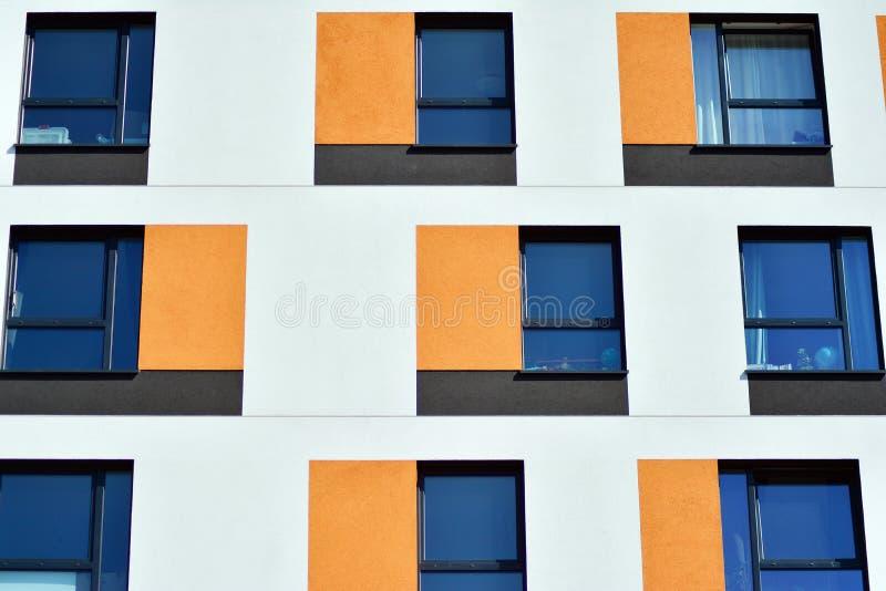 жилой дом Нов-строения на солнечный летний день стоковая фотография rf