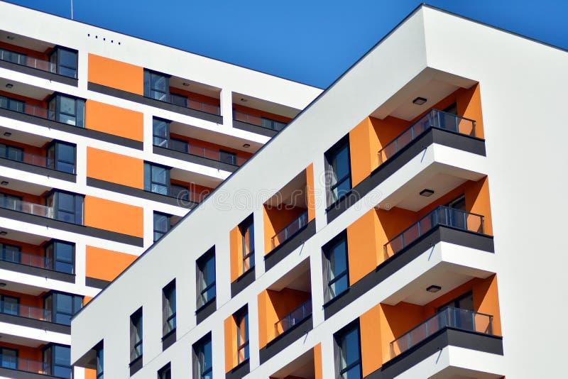 жилой дом Нов-строения на солнечный летний день стоковая фотография