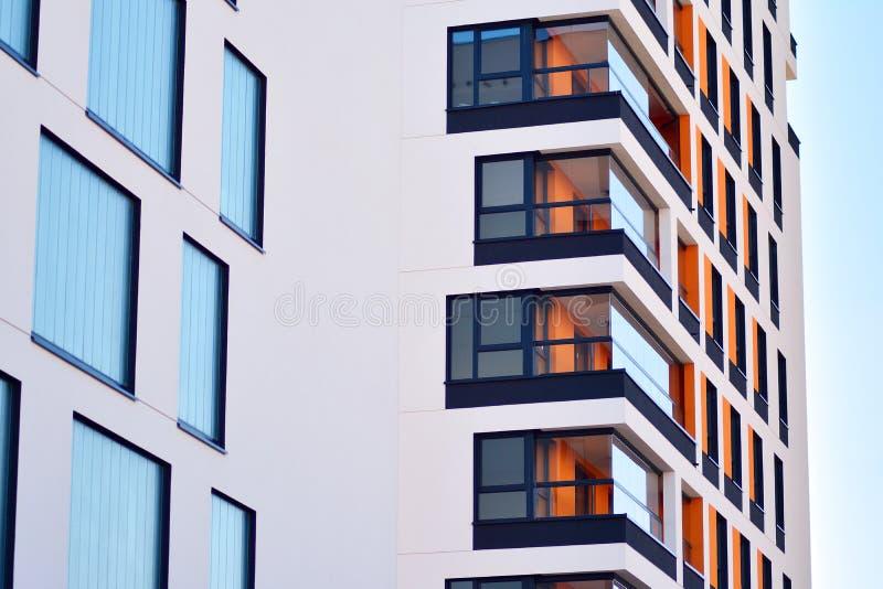 жилой дом Нов-строения на солнечный летний день стоковое изображение rf