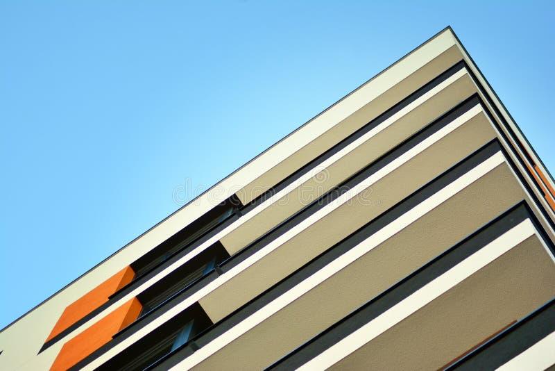 жилой дом Нов-строения на солнечный летний день стоковые изображения