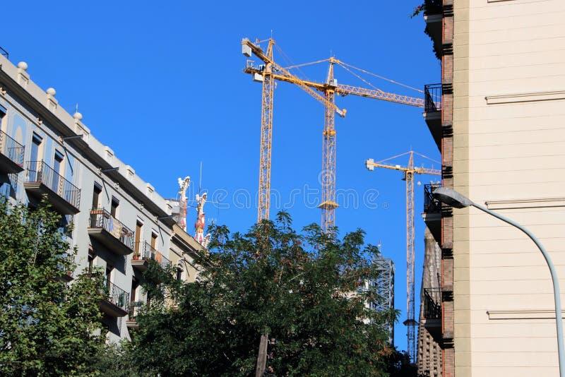 Жилой квартал в Барселоне, Испании, около собора святой семьи под конструкцией стоковое изображение