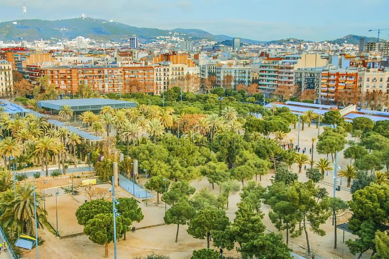 Жилой квартал и рекреационная зона в Барселоне, Испании Взгляд парка Джоан Miro стоковые изображения rf