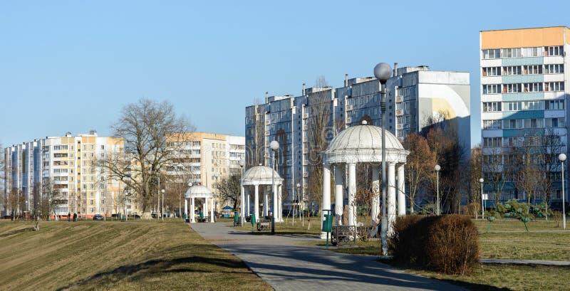 Жилой район высотного здания на банках реки Dnieper в Rechitsa Город расположен на правом высоком банке  стоковая фотография rf