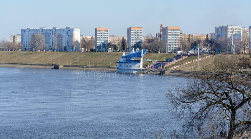 Жилой район высотного здания на банках реки Dnieper в Rechitsa Город расположен на правом высоком банке  стоковое фото