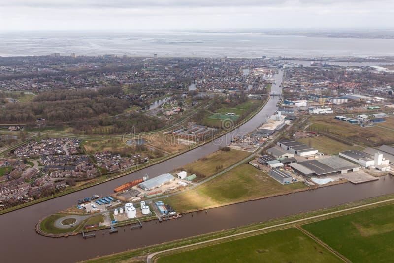 Жилой район Delfzijl вида с воздуха голландский с каналом и гаванью стоковая фотография rf