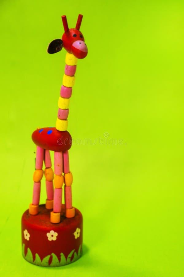 Жираф игрушки на стойке стоковые фотографии rf