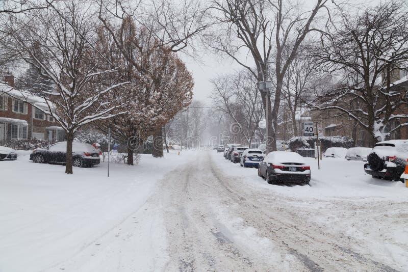 Жилая улица в Торонто предусматривала в снеге стоковое фото rf