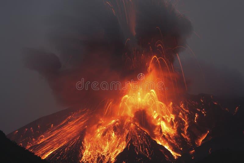 Жидкая лава извергает от Sakurajima Кагошимы Японии стоковые фото