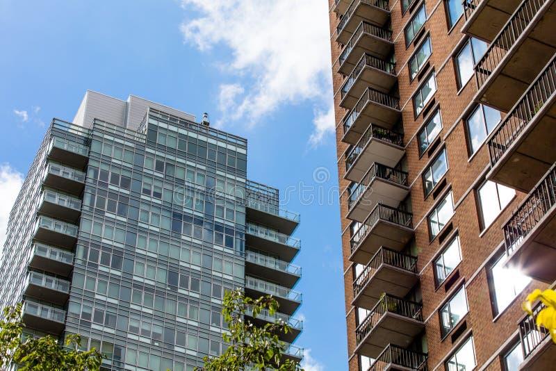 Жилой квартал в Нью-Йорке и небоскребах в ясном дне стоковое изображение rf