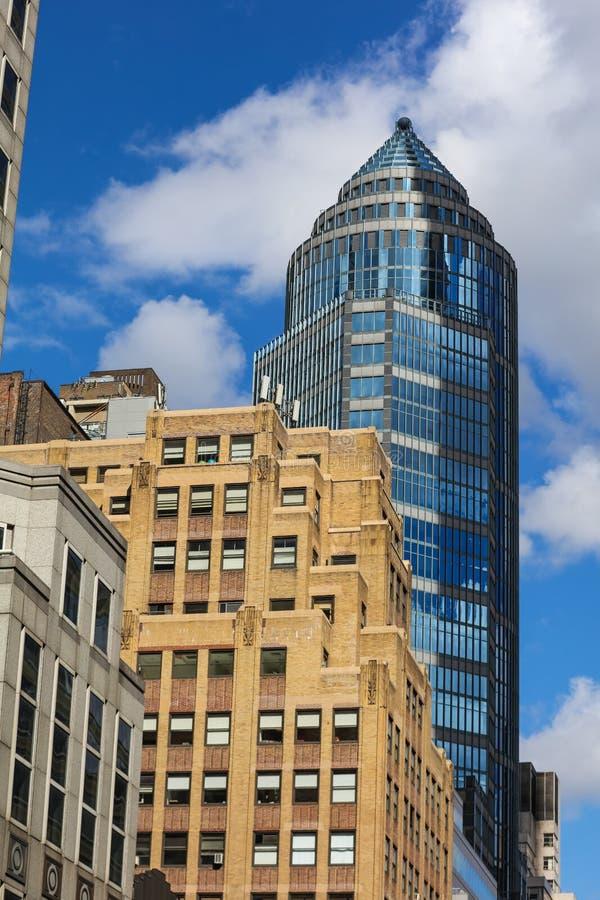 Жилой квартал в Нью-Йорке и небоскребах в ясном дне стоковые фото