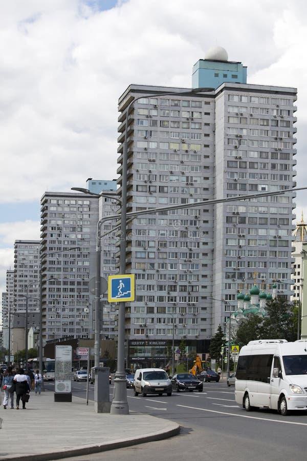 24 жилой дом этажа и церковь Simeon Новая улица Arbat moscow стоковые изображения