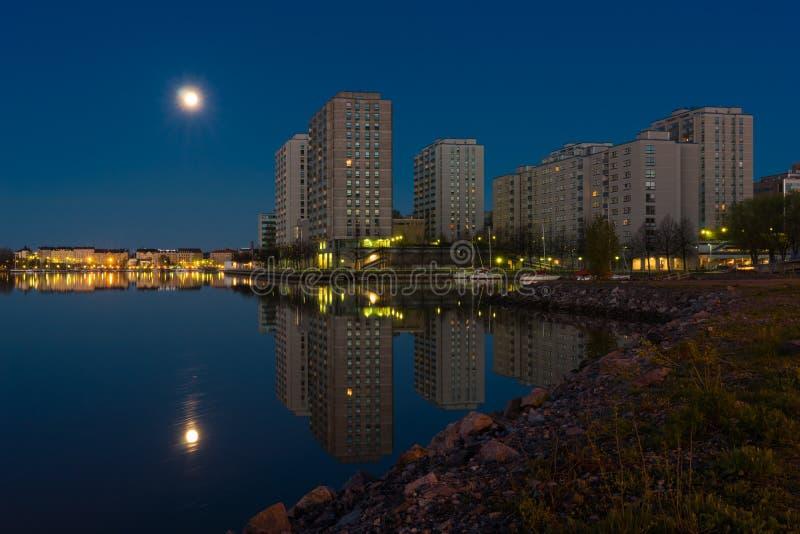 Жилой район Seashore на ноче стоковые фотографии rf