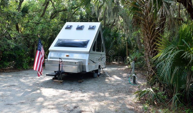Жилой фургон на месте для лагеря стоковое изображение