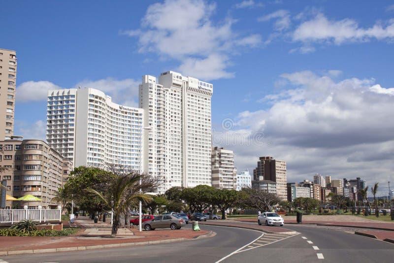 Жилые комплексы вдоль мили Durbans золотой пляжной стоковое изображение rf