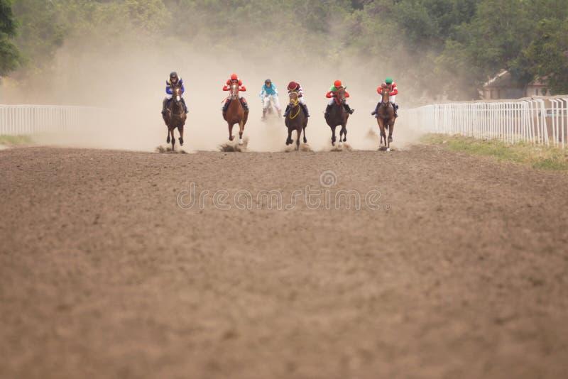 Жокеи во время скачек на его лошадях стоковое изображение