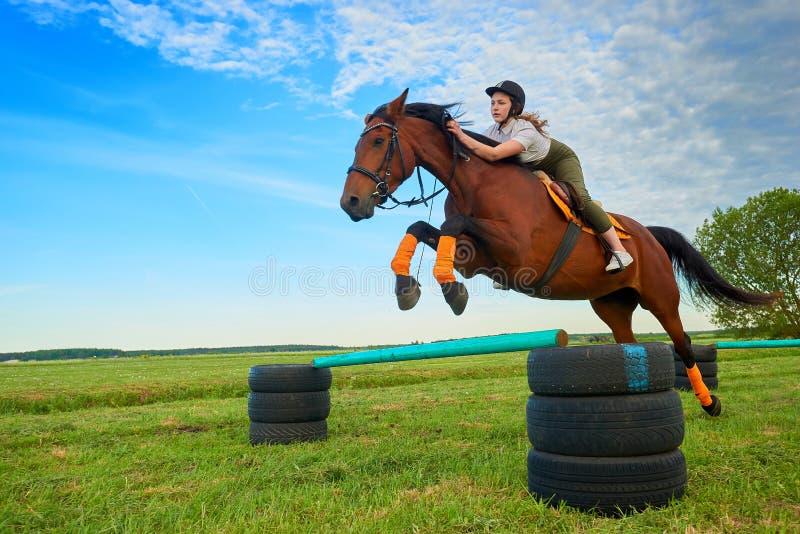 Жокей маленькой девочки и ее шлямбур лошади стоковое фото