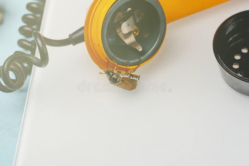Жук-чефер ретро телефон Он выходит диктора концепция телефона слушая стоковое изображение