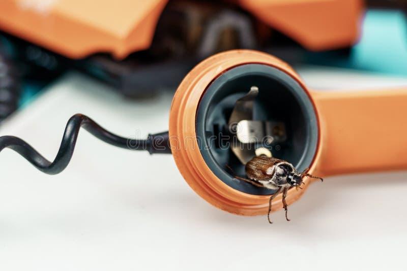 Жук-чефер ретро телефон Он выходит диктора концепция телефона слушая стоковые изображения
