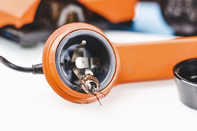 Жук-чефер ретро телефон Он выходит диктора концепция телефона слушая стоковые изображения rf