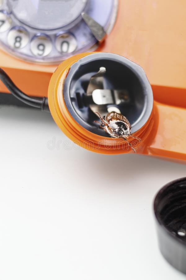Жук-чефер ретро телефон Он выходит диктора концепция телефона слушая стоковая фотография