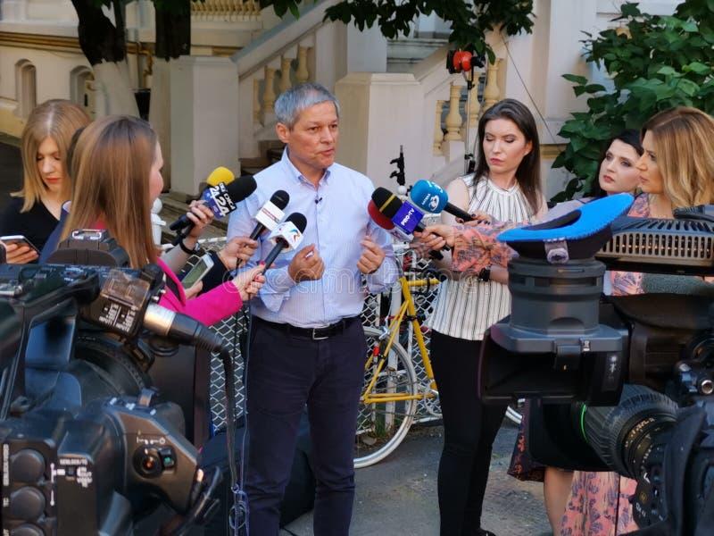 Журналисты интервьюируя Dacian Ciolos на штабах союзничества 2020 USR-PLUS в Бухаресте стоковое изображение